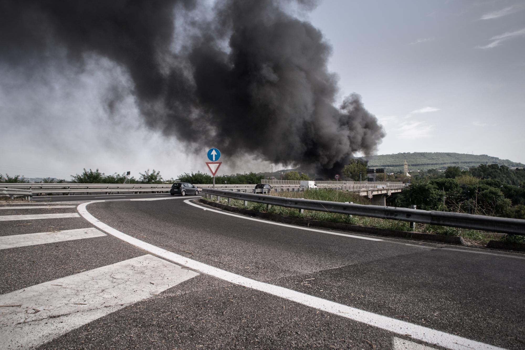 Giugliano, Napoli, 2015. Il fumo di un rogo nella zona di Giugliano (NA).  I roghi in Campania sono frequenti e vengono considerati dagli abitanti del posto un diversivo per distogliere l'attenzione da disastri ambientali di maggiore entità.