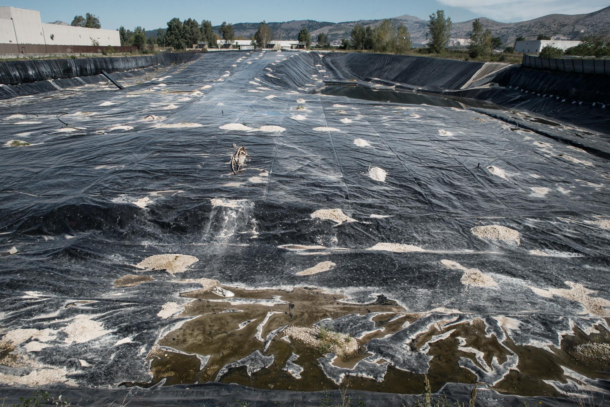 Lo Uttaro, lato sud, Caserta, 2015. La discarica di Lo Uttaro accoglie circa 6 milioni di tonnellate di rifiuti tossici e di dubbia provenienza. E' all'interno di una conurbazione di circa 300.000 abitanti che coinvolge i comuni di San Nicola la Strada, San Marco Evangelista e Maddaloni.
