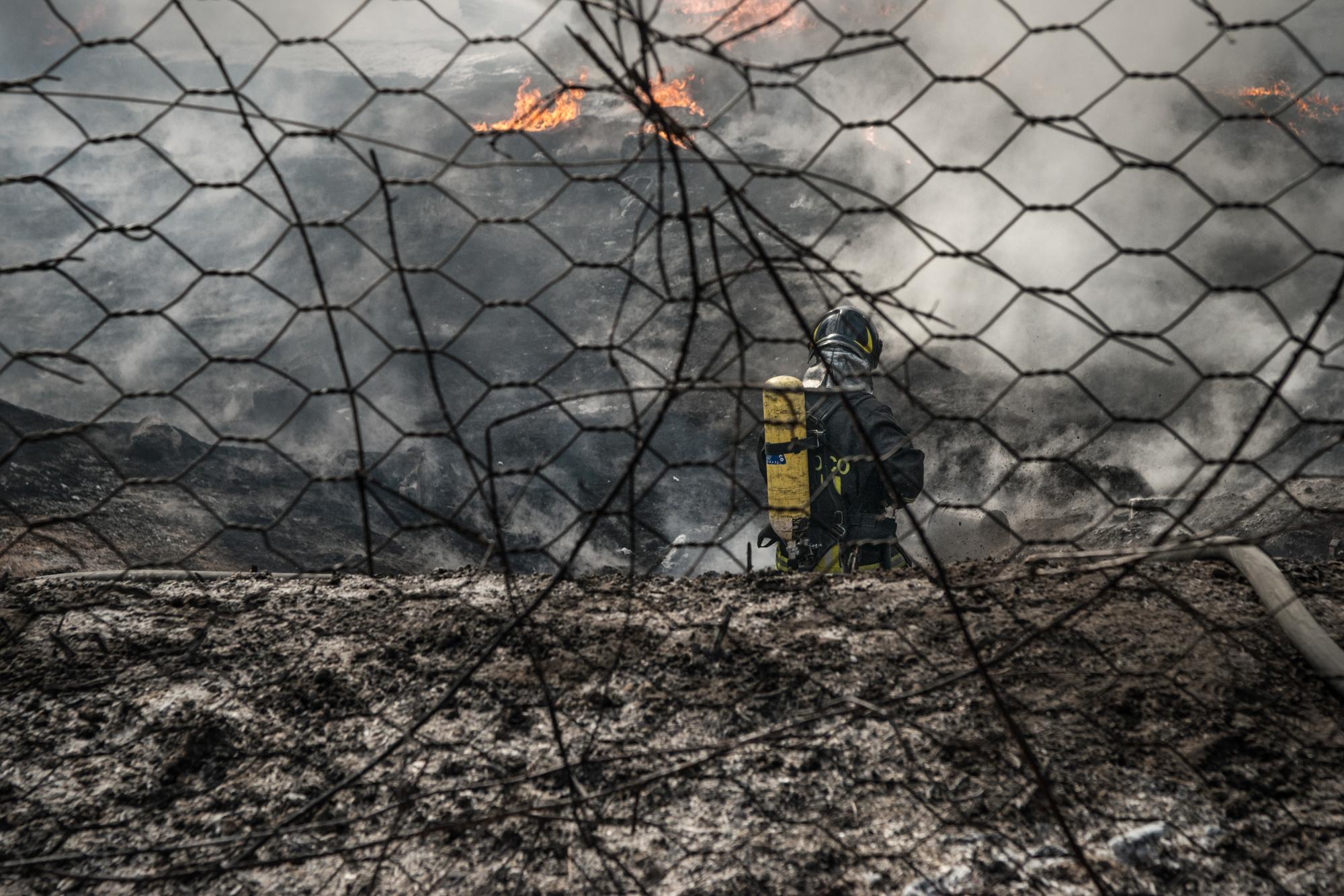 Monteruscello, Napoli, 2015. Incendio di una masseria privata adibita a deposito di materiali plastici.