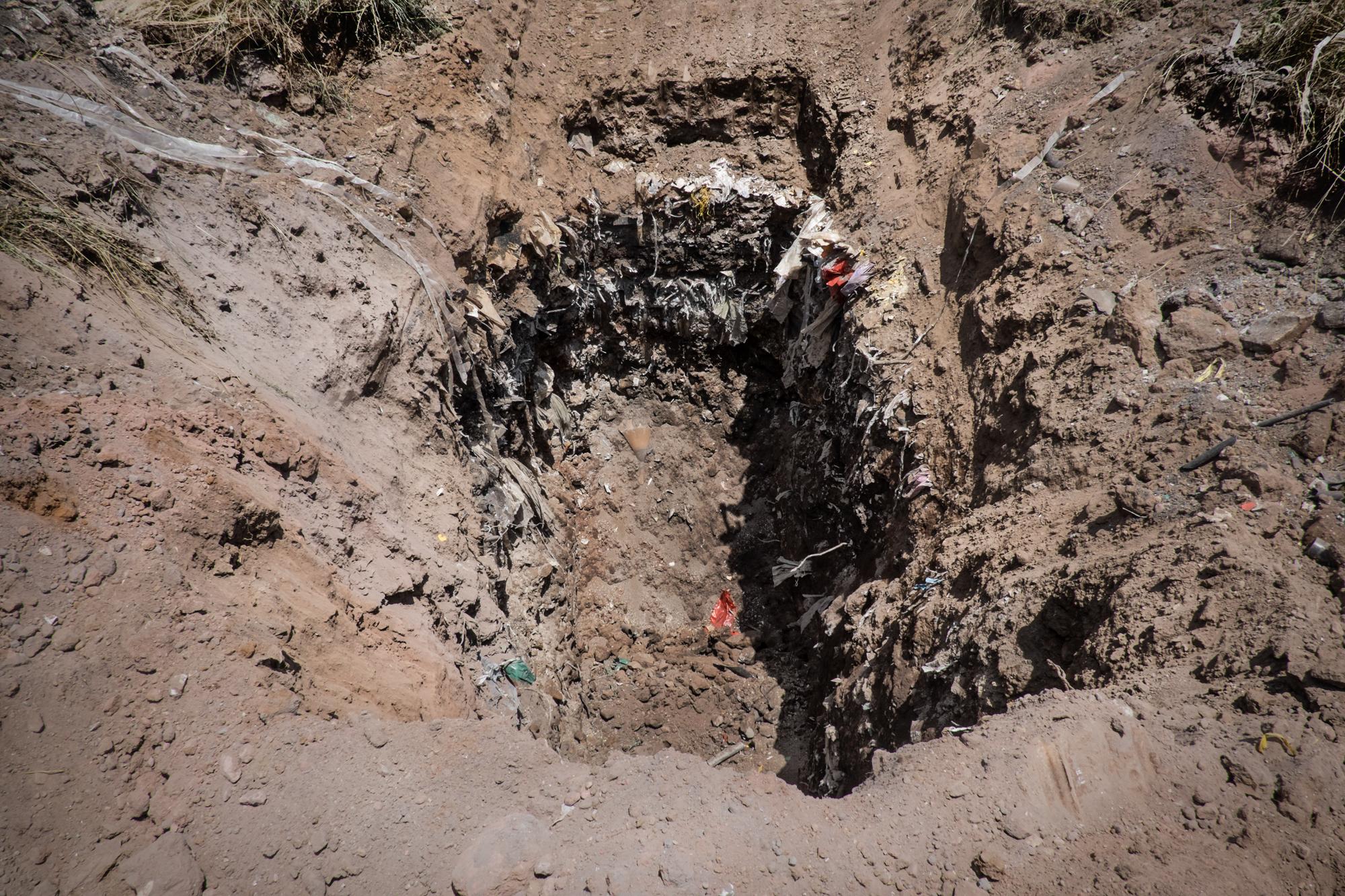 Calvi Risorta, Caserta, 2015. Rinvenimento di rifiuti in seguito a scavi. Sono risultati tossici e nocivi, provenienti da industrie chimiche locali e estere (Francia, Spagna e Cina).