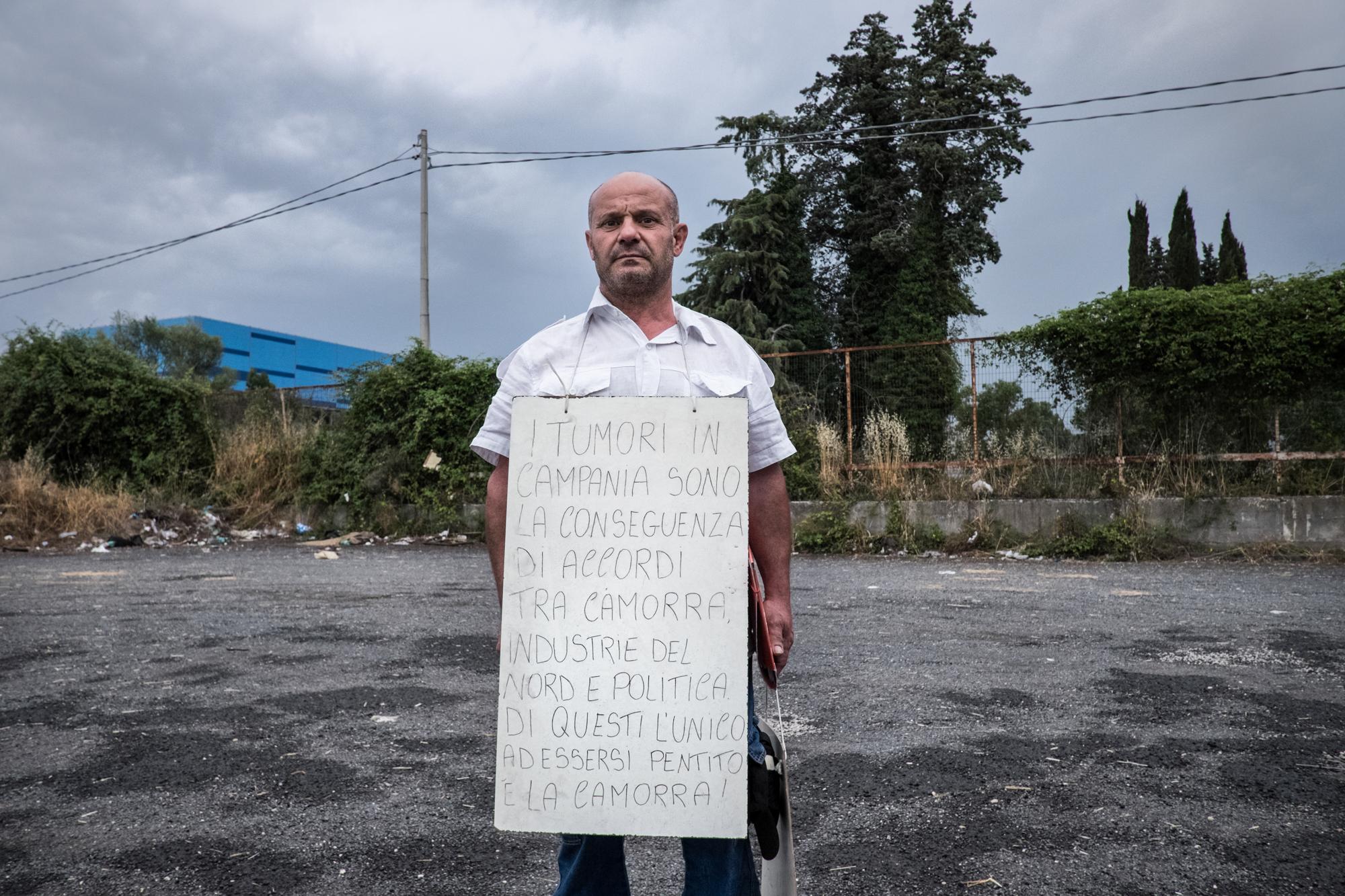 Calvi Risorta, Caserta, 2015. Ferdinando Palmers, attivista di Pianura (NA) e membro della  Oceanus Onlus  manifesta durante il presidio alla ex discarica  Pozzi Ginori .