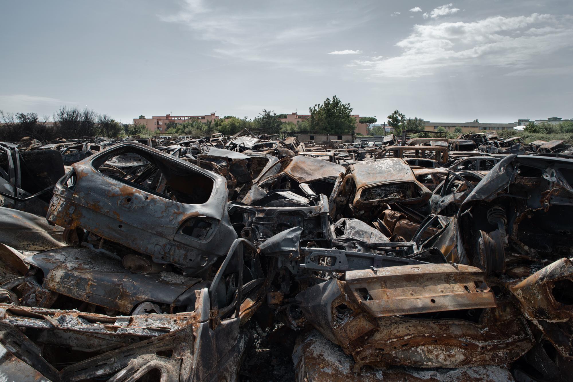 Casacelle, Giugliano, (NA), 2015. Deposito giudiziario di automobili che ha subito un incendio doloso.