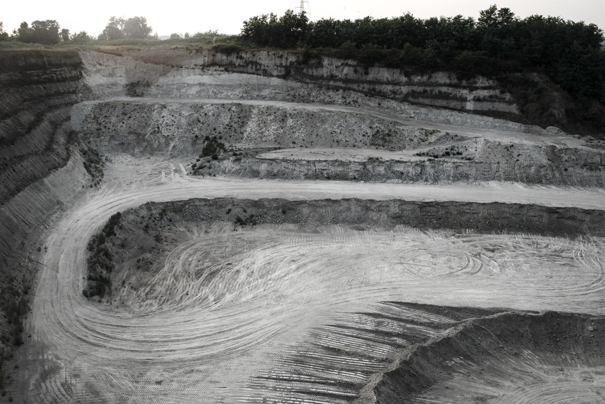 Discarica  Settecainati,  Giugliano, (NA), 2015. E' una delle più grandi discariche d'Europa, adibita a deposito di materiale di risulta.