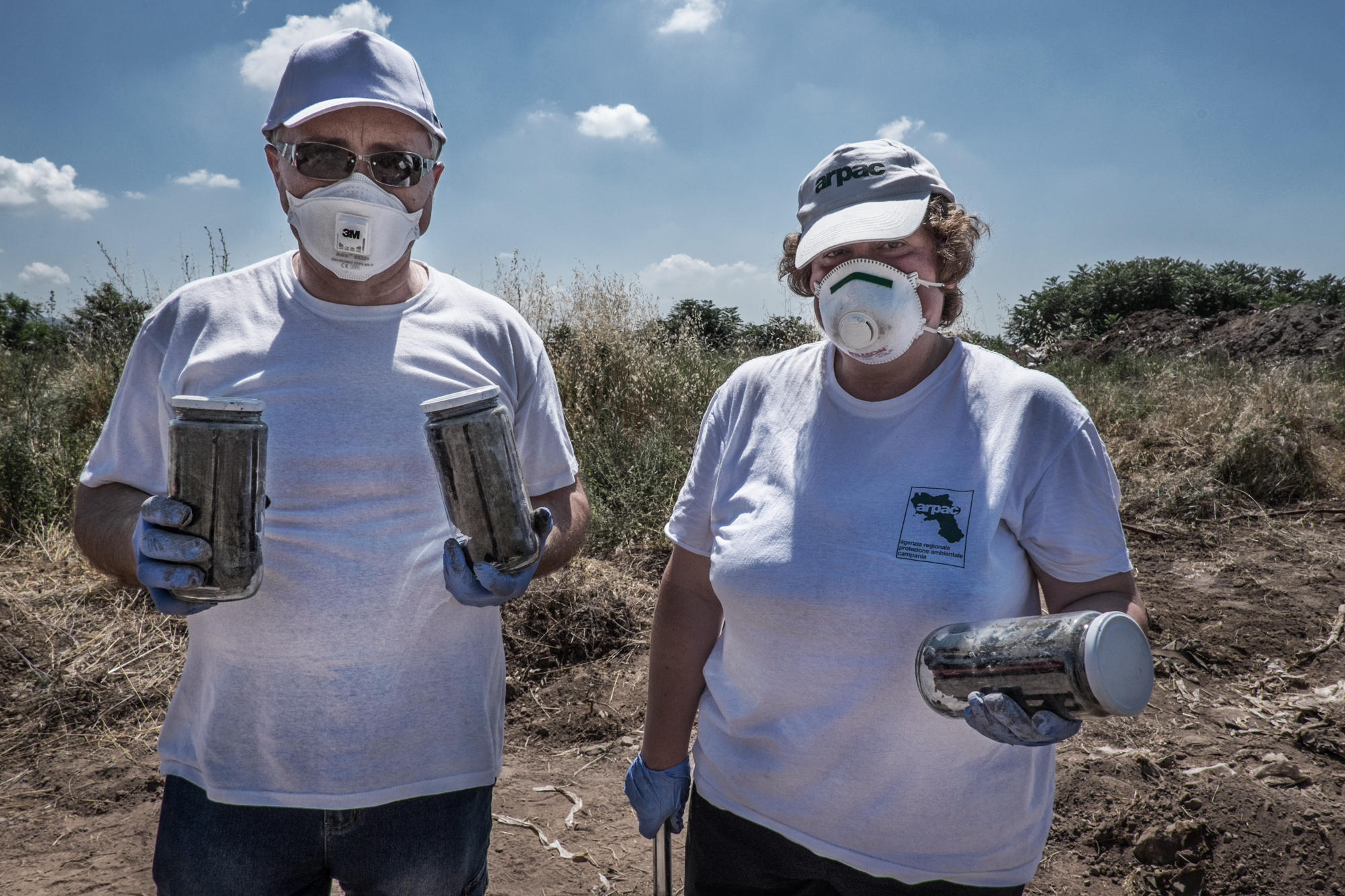 Calvi Risorta, Caserta, 2015. Dipendenti  dell'ARPAC - Agenzia Regionale Protezione Ambientale Campania  hanno prelevato fanghi chimici durante gli scavi nella ex fabbrica  Pozzi Ginori .