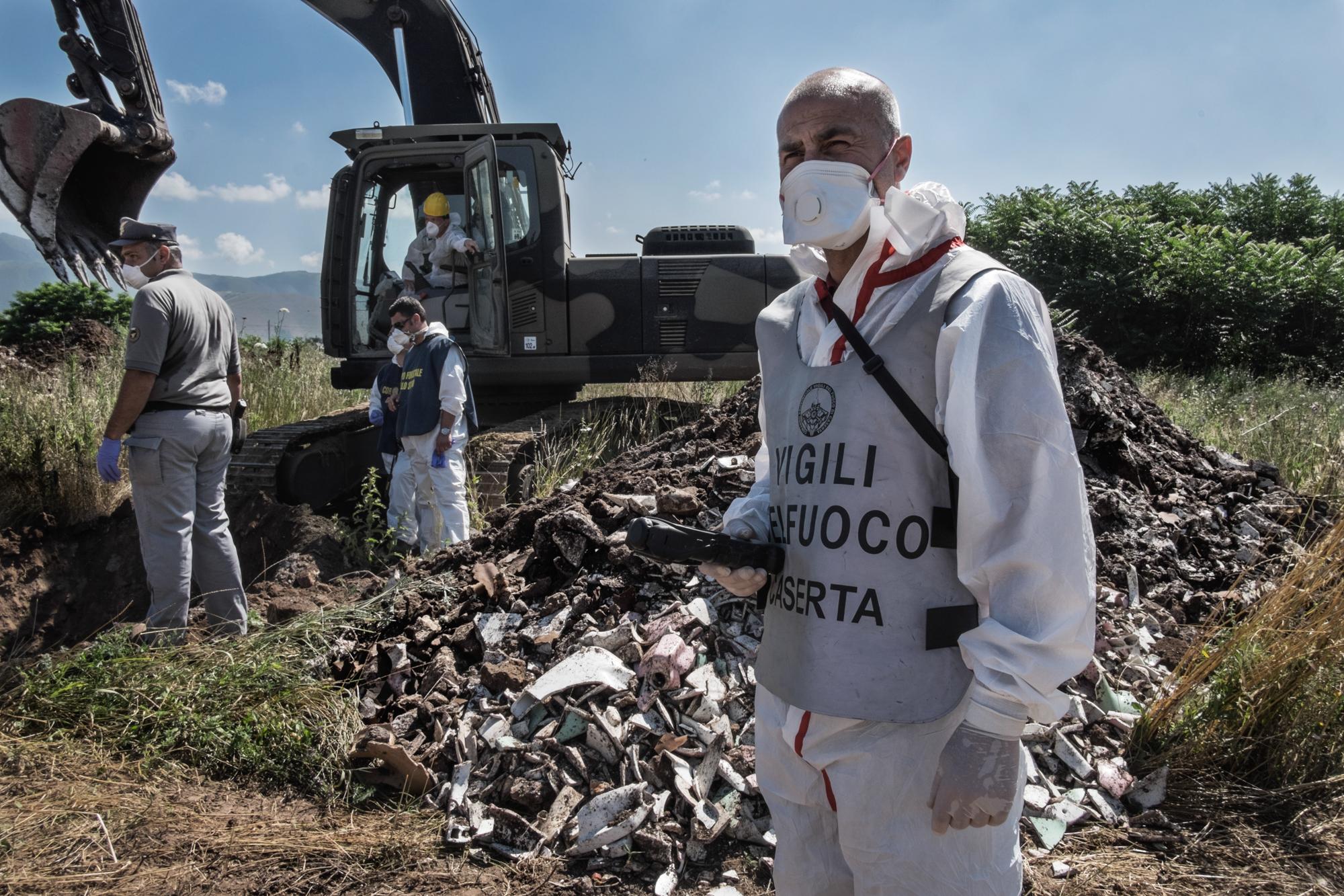 Calvi Risorta, Caserta, 2015. In seguito alle segnalazioni delle associazioni attiviste locali le autorità iniziano solo ora gli scavi per accertare la presenza di rifiuti tossici industriali di dubbia provenienza.