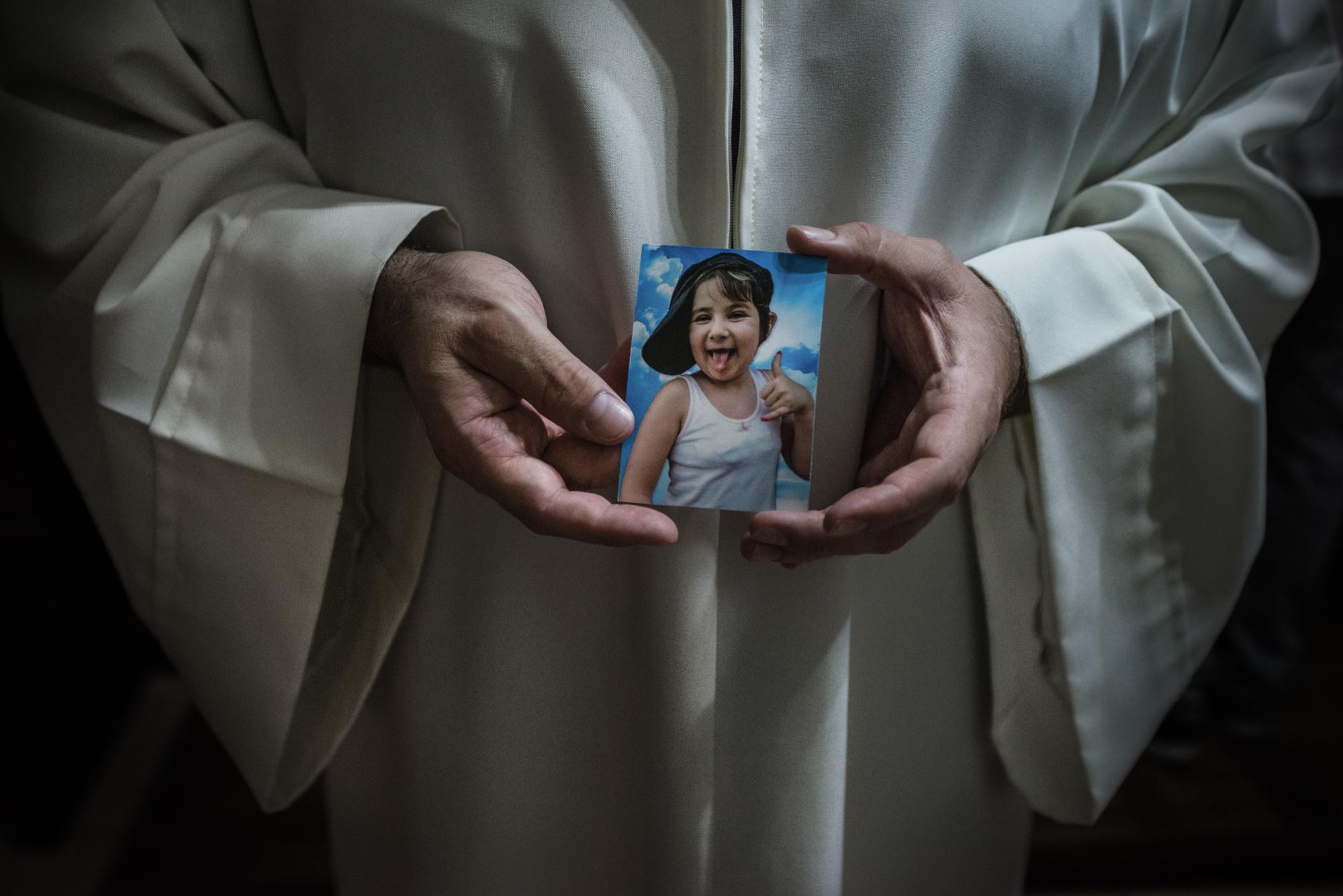 Chiesa di San Giorgio, Pianura, (NA), 2015. Messa di trigesimo in ricordo di Maria, morta di tumore all'età di 7 anni.