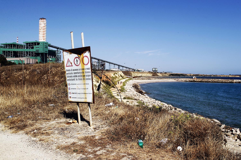"""Il sito dove è attualmente situata la Federico II fa parte del S.I.N (Sito di Interesse Nazionale) """"Brindisi"""" istituito dal Ministero dell'ambiente nel 1998."""