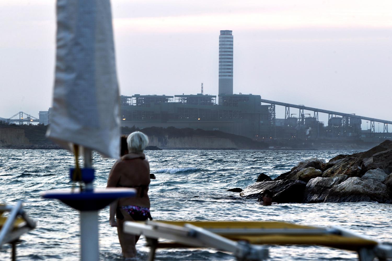 Una veduta della centrale da uno stabilimento balneare di Casalabate, distante pochi chilometri dall'impianto Enel.