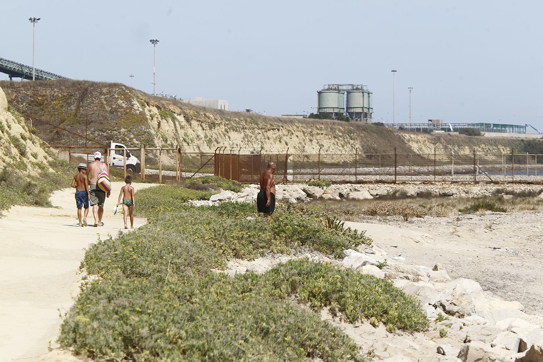 Ad ottobre 2017 è stato sequestrato l'impianto di raccolta delle acque della Federico II, in quanto secondo l'accusa, sarebbe finito del carbone in mare.Nella foto un nonno con il figlio e i nipoti, si dirige verso la spiaggia situata appena sotto l'impianto.