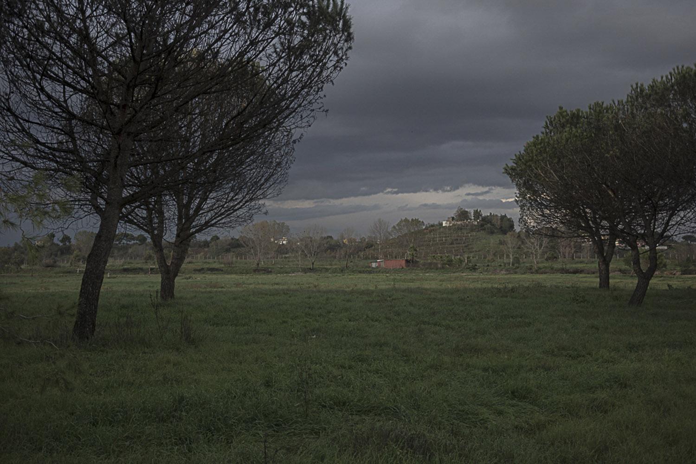 Pianura, Napoli, 2017. Il cratere Senga. Una discarica mai messa in sicurezza e mai bonificata e utilizzata sin dalla seconda metà degli anni cinquanta fino al 1984. Oggi ospita un maneggio dove tantissimi ragazzi sono ignari dei possibili pericoli che hanno sotto i piedi.