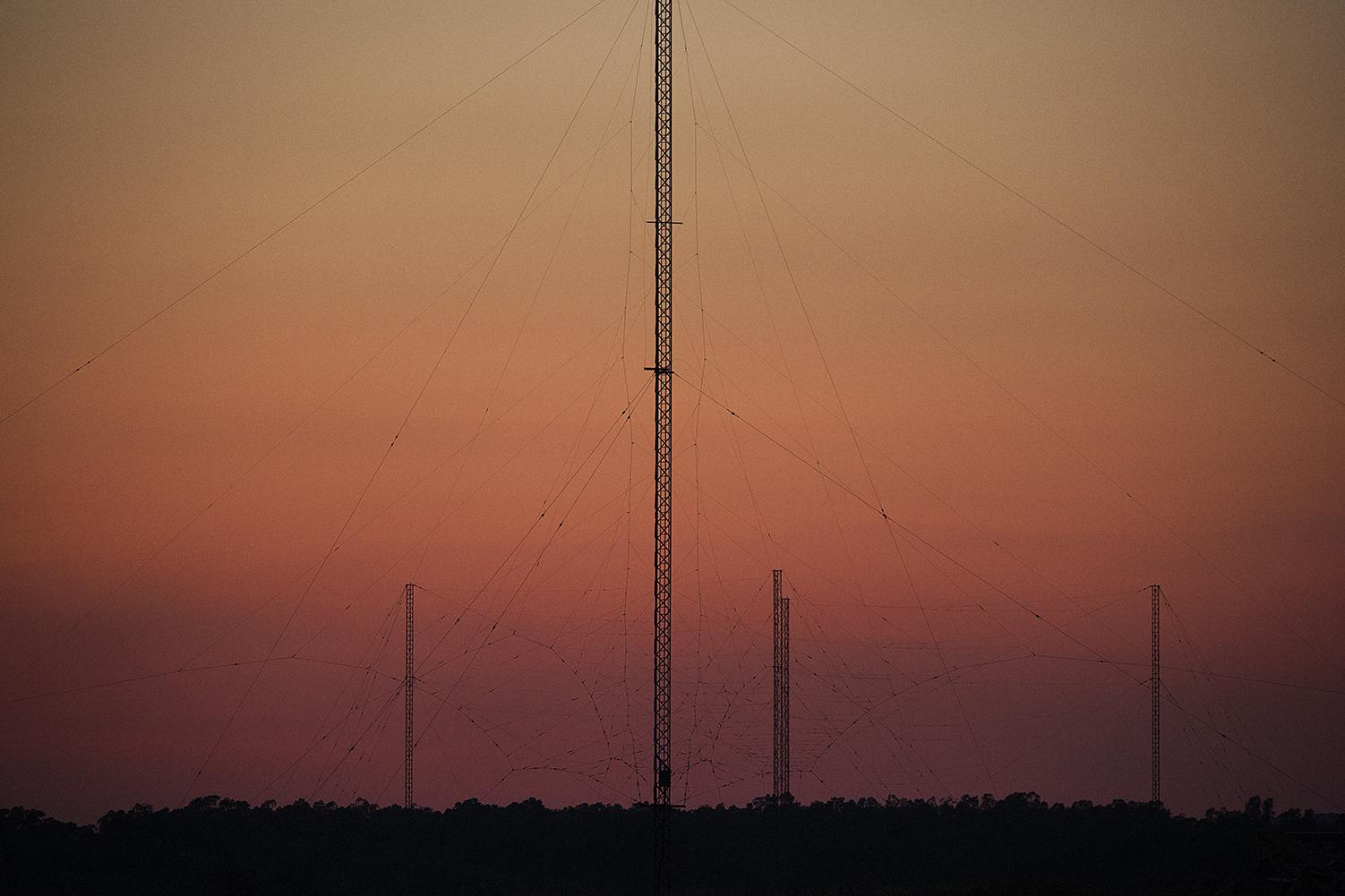 Niscemi (CL), Luglio 2017. L'intricato reticolato di antenne del Naval Radio Transmitter Facility è attivo dal 1991 all'interno della riserva naturale Sughereta di Niscemi. La stazione radio dispone di un sistema di trasmettitori e antenne a bassa frequenza (LF) e alta frequenza (HF). Le tre parabole del MUOS vanno a completare questo maxi sistema di comunicazione ad uso esclusivo delle forze armate statunitensi. © Chiara Faggionato