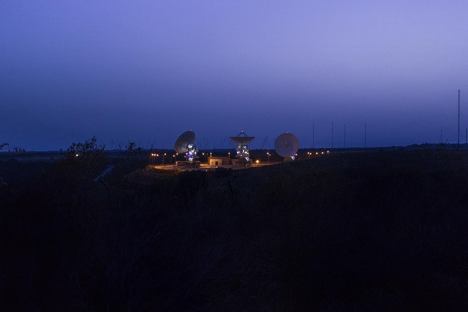 Niscemi (CL), Luglio 2017. La stazione MUOS di Niscemi è una delle quattro stazioni di terra del più avanzato sistema di comunicazione militare statunitense, rete composta da altre tre stazioni simili (due negli USA e una in Australia) e da una costellazione di cinque satelliti. Il sistema funziona come un fornitore di servizi di telefonia globale, consentendo ai combattenti sul campo di comunicare direttamente tra loro e con i loro comandanti, anche negli ambienti più ostili. La stazione siciliana dovrebbe diventare il più importante snodo delle telecomunicazioni militari USA in Europa, Africa e Medio Oriente. © Chiara Faggionato
