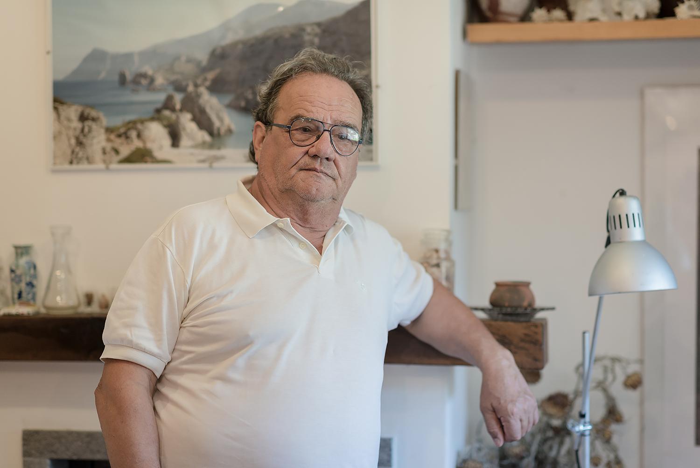 """ITALIA, 2017, Grosseto. Roberto Barocci, attivista dell'associazione """"Forum Ambientalista"""".  Si occupa di sensibilizzare gli abitanti della zona riguardo ai rischi per l'ambiente e per la salute umana legati all'utilizzo di alcune tecnologie in Amiata. Ha assistito per """"SOS Geotermia"""" Giuseppe Merisio, citato per diffamazione da Enel per aver affermato che la centrale di Bagnore 3 emette sostanze tossiche e nocive. Il tribunale ha respinto la richiesta dell'azienda che è stata condannata a pagare le spese processuali © LUCA CERABONA"""