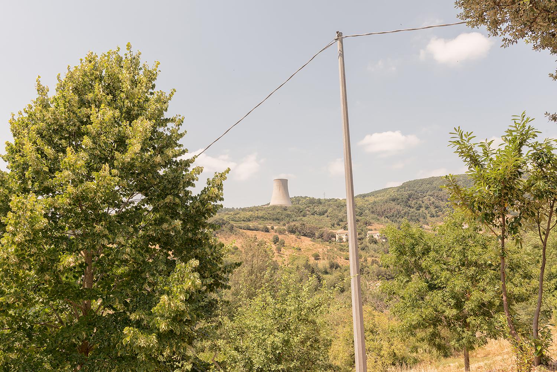 """ITALIA, 2017, Castelnuovo di Val di Cecina (PI). La centrale geotermica """"Nuova Sasso"""" nell'area intorno a Larderello. © LUCA CERABONA"""