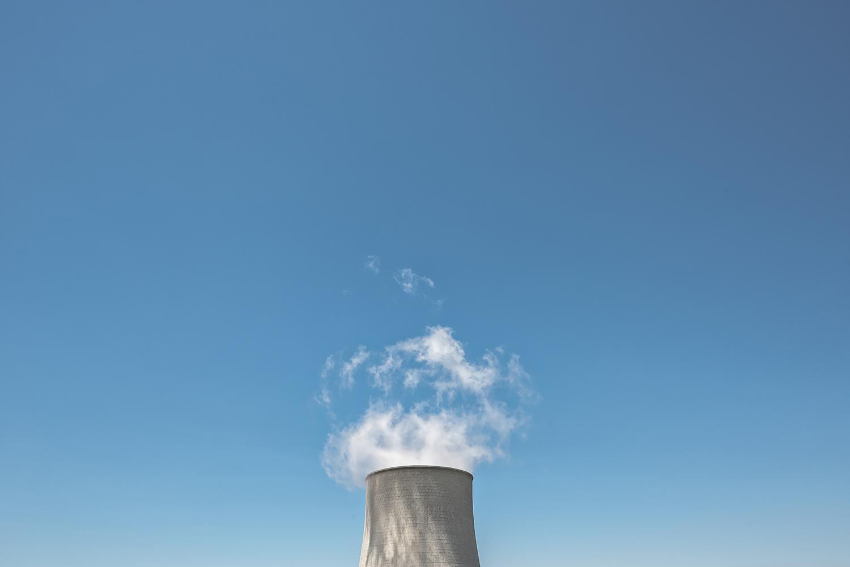 """ITALIA, 2017, Castelnuovo di Val di Cecina (PI). Emissioni della torre di raffreddamento della centrale geotermica """"Nuova Sasso"""". Secondo uno studio pubblicato sulla rivista specializzata QualEnergia «nell'anno 2010 sono state emesse in Toscana dalle centrali geotermiche circa 10 mila tonnellate di H2S e di NH3 (in Amiata 1741 tonnellate di H2S e 4334 tonnellate di NH3)». L'analisi costi-benefici condotta nell'ambito del programma europeo CAFE (Clean Air for Europe) che ha quantificato il valore medio del danno ambientale generato dall'NH3 in Italia pari a 20,5 € per kg di NH3 emesso © LUCA CERABONA"""