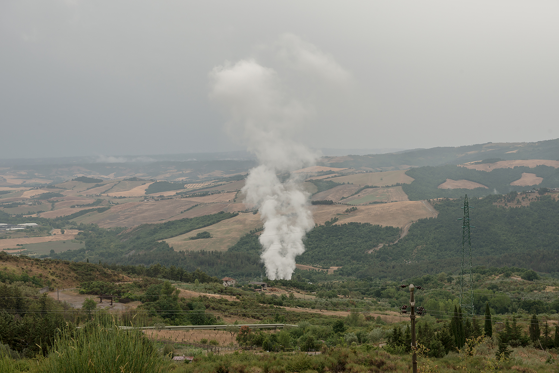 ITALIA, 2017, Piancastagnaio. Emissioni di una centrale geotermica. Secondo una rivista specializzata le centrali dell'Amiata contribuiscono alla formazione in atmosfera di PM 10 e PM 2,5 universalmente riconosciuto come nocivo per l'apparato respiratorio. L'OMS stima che ogni anno nel mondo muoiano oltre 2 milioni di persone a causa della respirazione di particelle PM10 © LUCA CERABONA