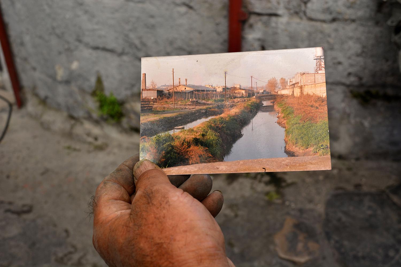 San Giovanni a Teduccio (Napoli), 2017. Cartolina storica che mostra il fiume Sebeto, oggi interrato.© Alice Tinozzi