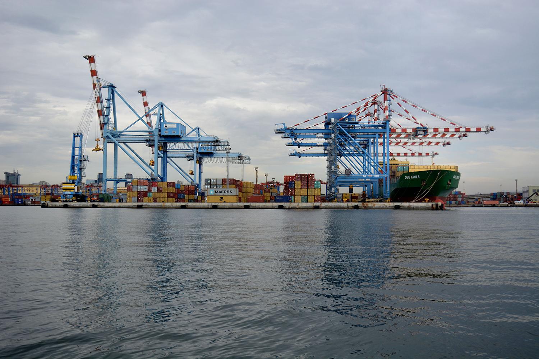 San Giovanni a Teduccio (Napoli), 2017. Porto industriale Napoli Est. Stoccaggio dei container e navi cargo. © Alice Tinozzi