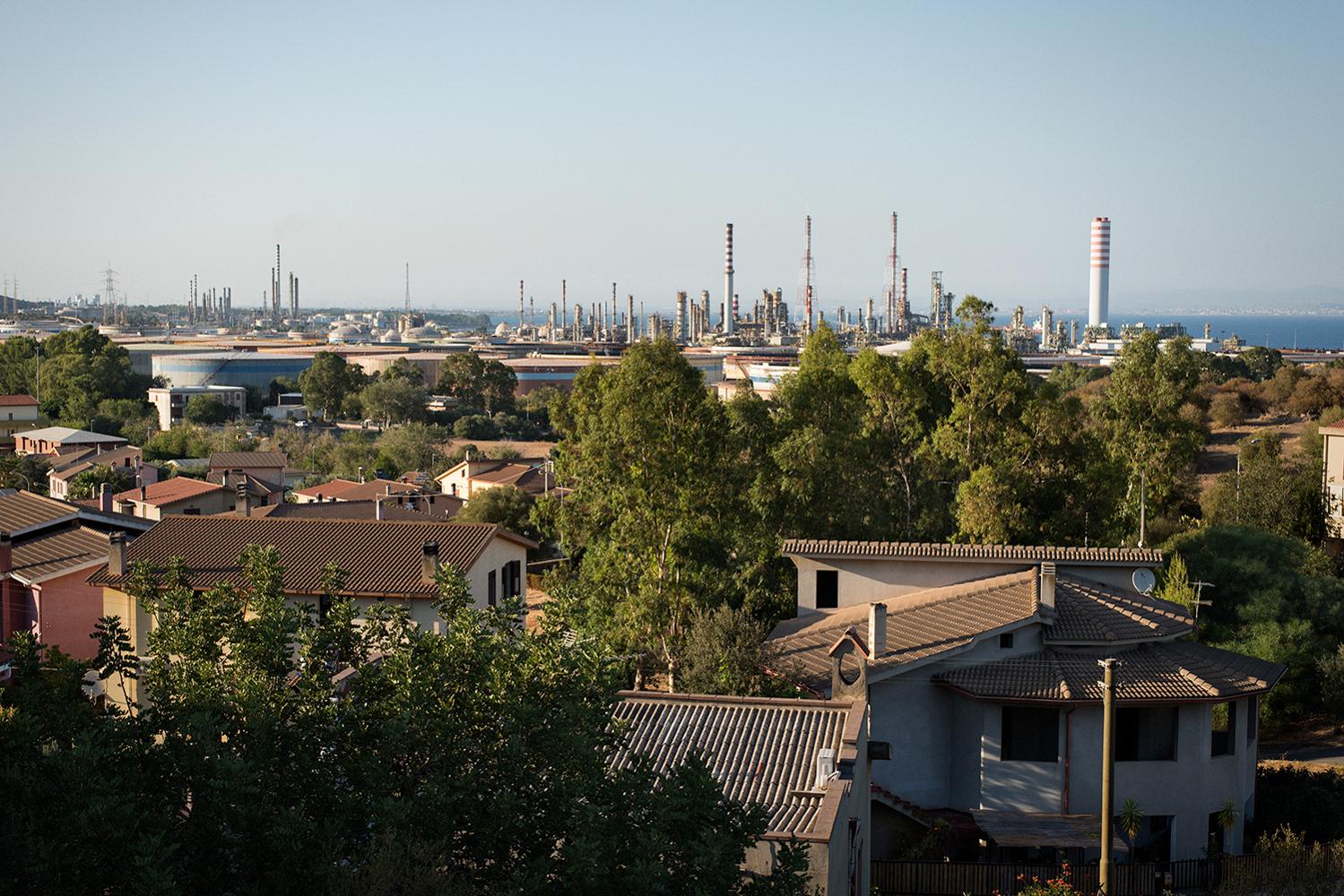 L'industria, in 50 anni di attività, è cresciuta sino a confondersi con le case del centro abitato. Sarroch (Cagliari), 2017.