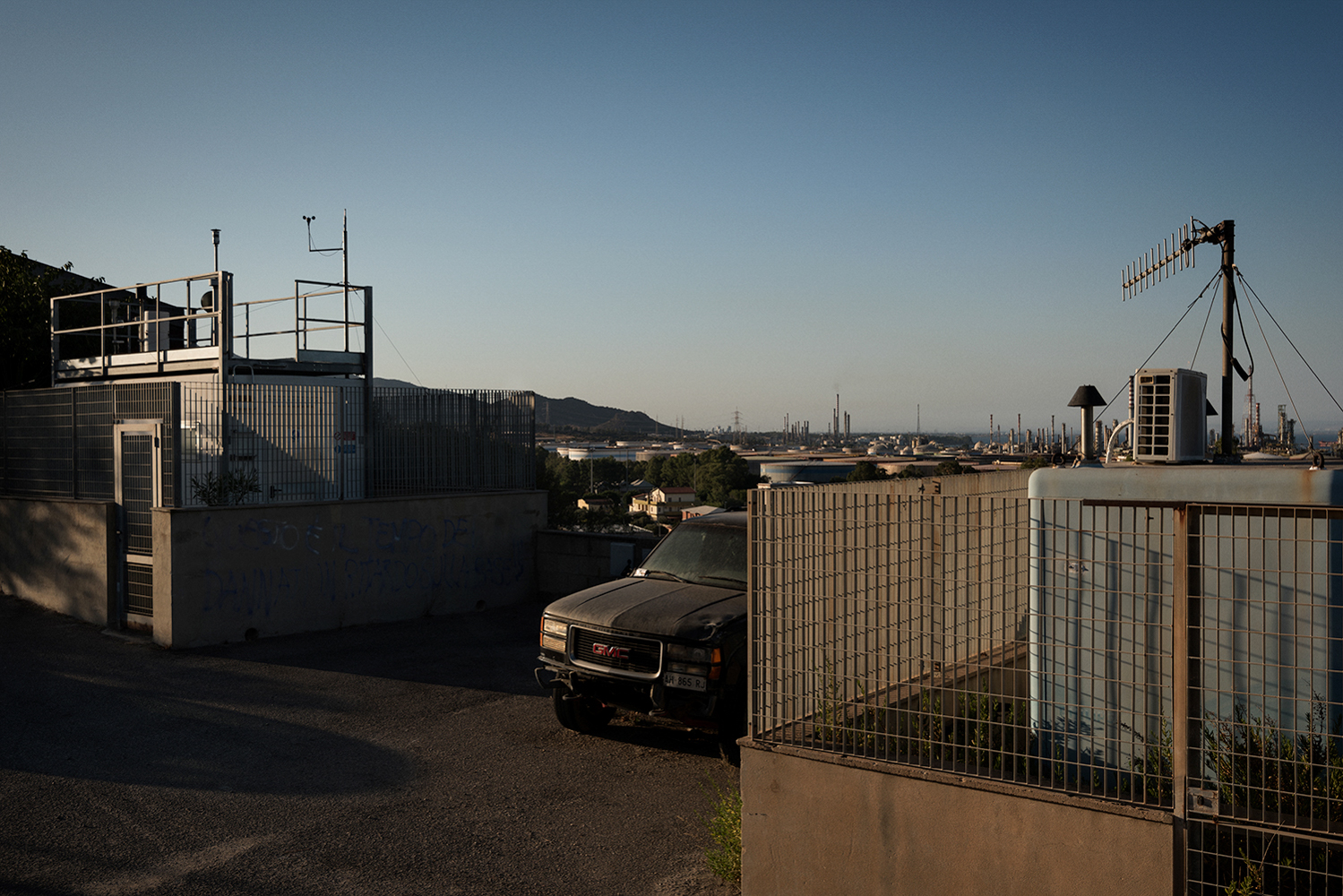 Giornalmente l'ARPAS pubblica sul sito della Regione Autonoma della Sardegna, dati relativi alla qualità dell'aria di Sarroch acquisiti dalle centraline di rilevazione. Precedenti inchieste giornalistiche hanno sollevato dubbi sulle modalità di raccolta dei dati e sulla dislocazione. Sarroch (Cagliari), 2017.