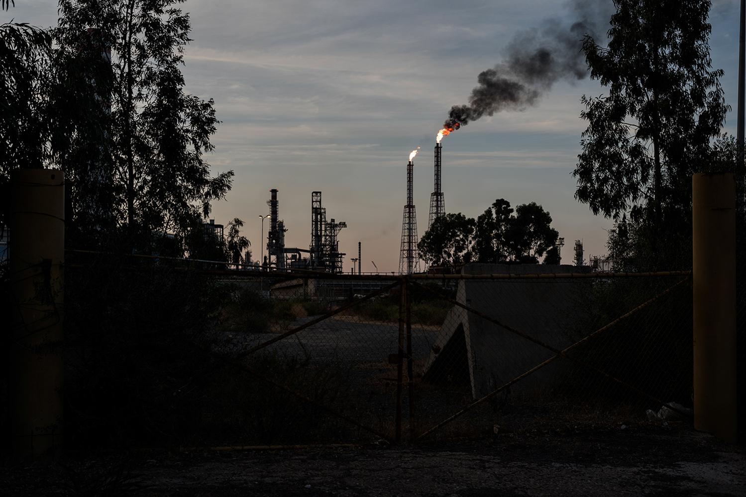 Numerose sono le segnalazioni di singoli cittadini alle associazioni ambientaliste di malori e difficoltà respiratorie. Sarroch (Cagliari), 2017.