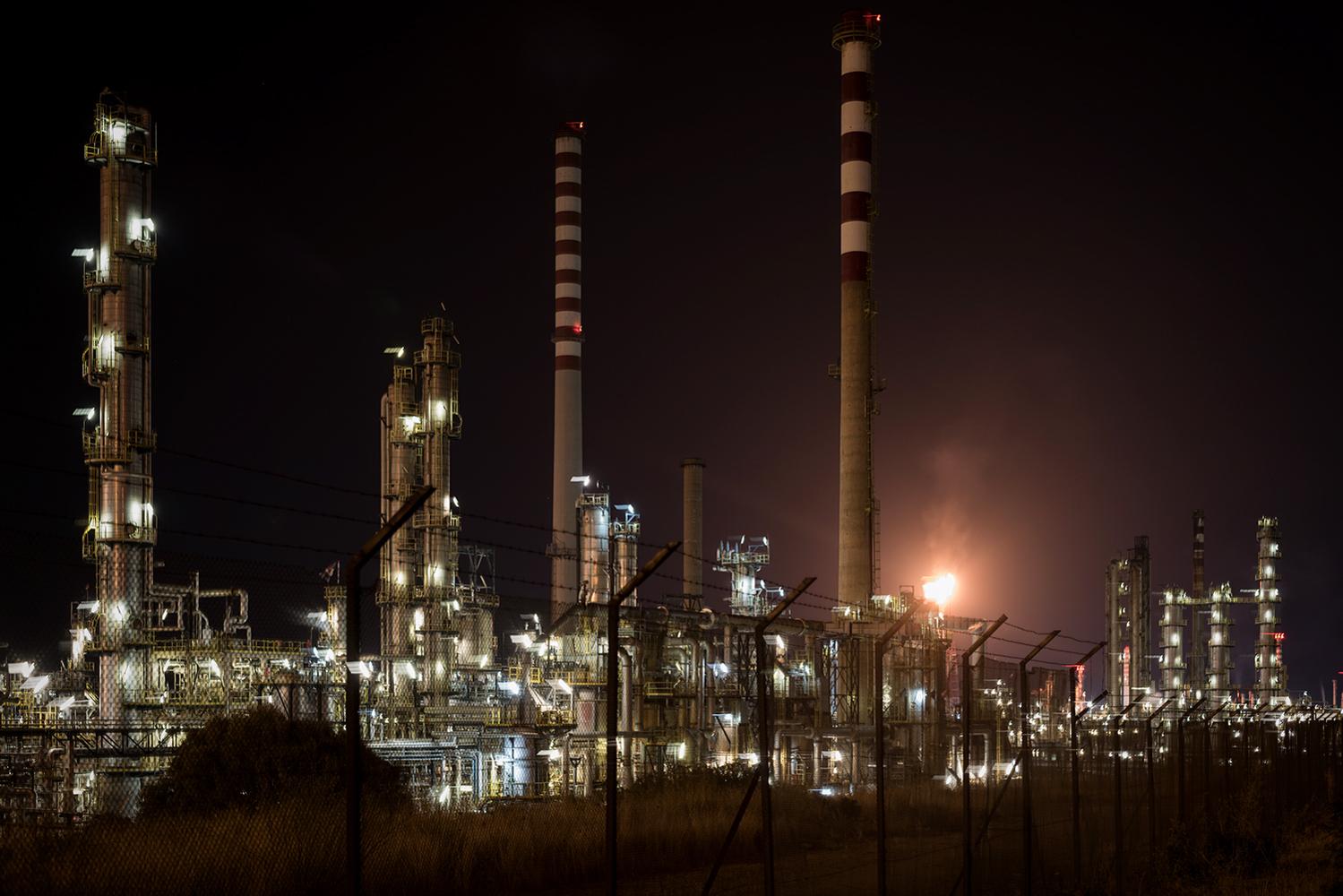Veduta notturna dell'insediamento industriale di Sarroch. Sarroch (Cagliari), 2017.
