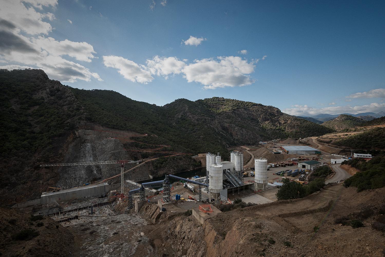 La diga di Monte Nieddu – Is Canargius, in territorio Sa Stria, progettata nel 1960, i cui lavori dovrebbero concludersi nel 2020, con i suoi 35 milioni di metri cubi d'acqua avrebbe garantito uno sviluppo complementare a quello industriale.  Sarroch (Cagliari), 2017.
