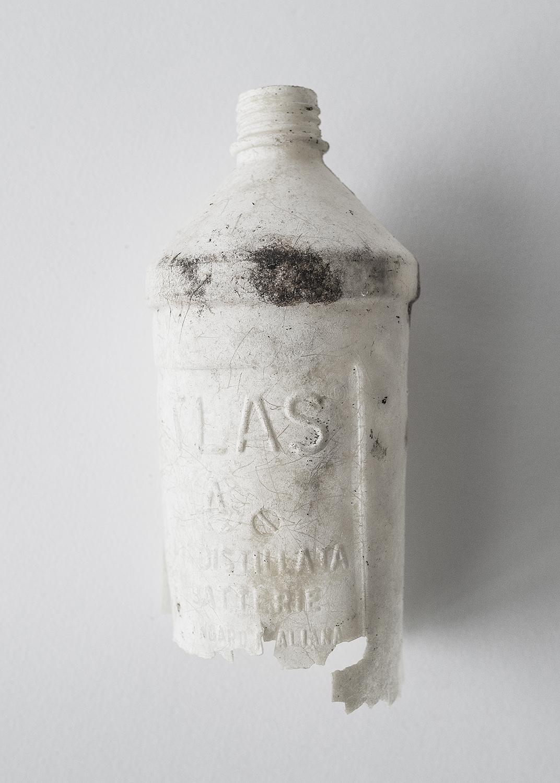 """42° 06' 20'' N,15° 29' 05"""" E, Cala delle Roselle, Isole Tremiti   Bottiglia di acqua distillata. Tempo di decomposizione 1000 anni."""