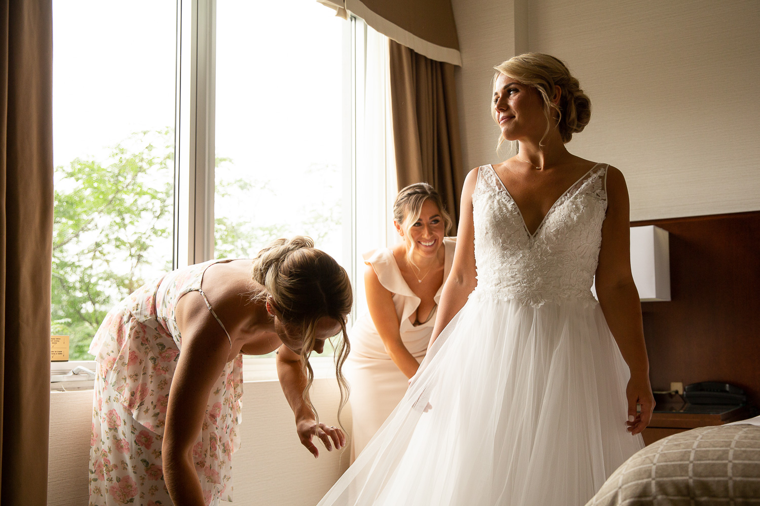 bride getting ready at the lord elgin hotel in ottawa
