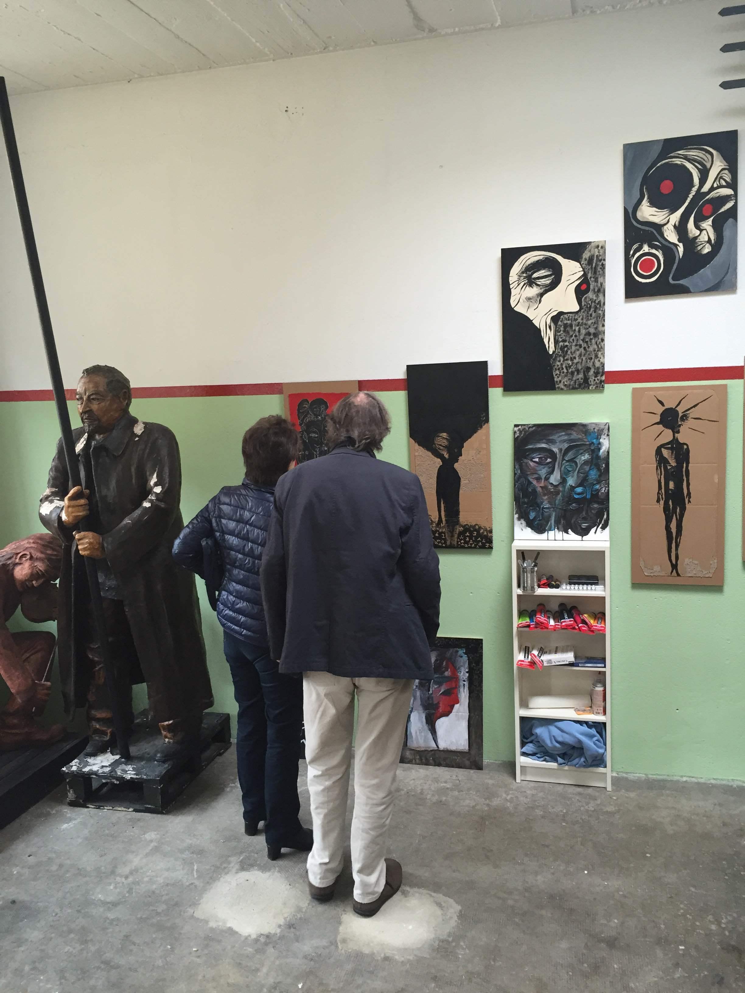 Des visiteurs devant mes dessins et peintures. A gauche, sculpture de Maurice Béjart par Didier Guex.