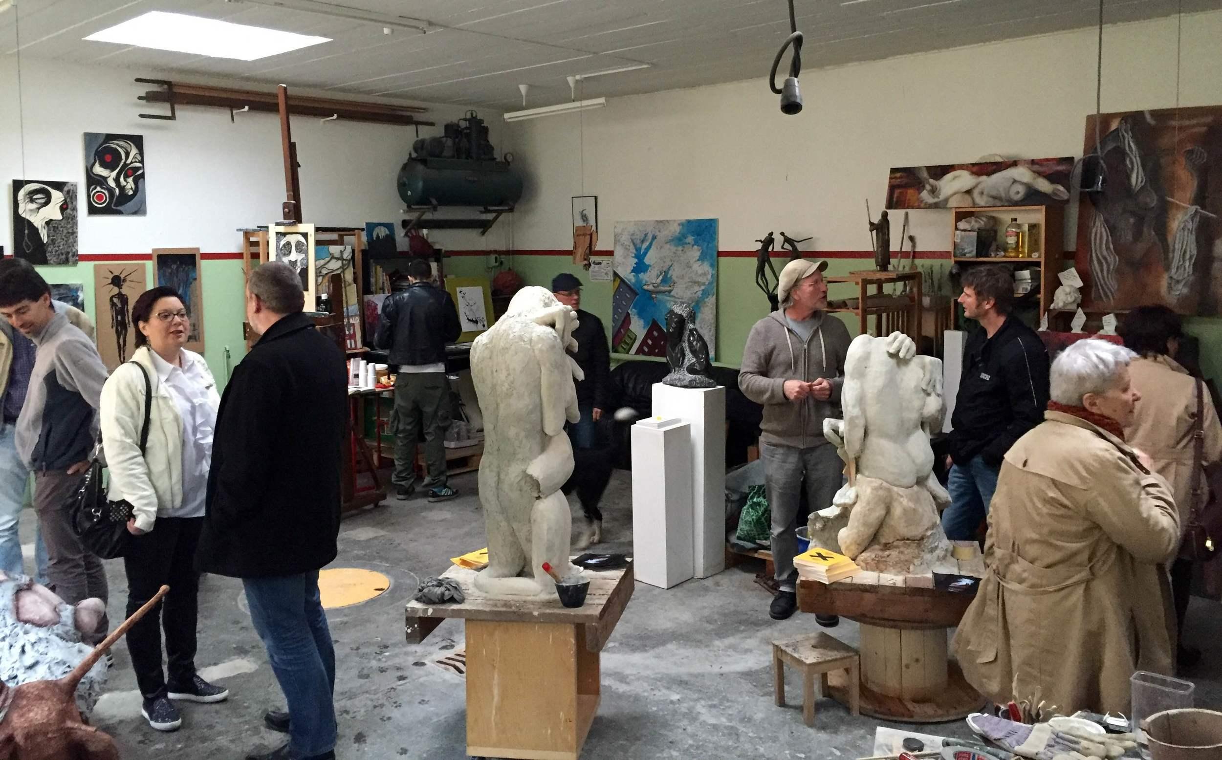 Vue d'ensemble de l'atelier. Sculptures et tableaux sur la droite par Didier Guex (l'homme à la casquette).