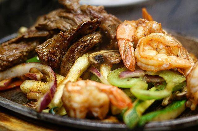 The Fajitas Duo are for those who want the best of both worlds! 😋🔥 ⠀⠀⠀⠀⠀⠀⠀⠀ 📍: Roseville, CA #️⃣: Share with us your memories! #carmelitasrestaurants ⠀⠀⠀⠀⠀⠀⠀⠀⠀ #fairoaks #roseville #mexicanfood #mexicanrestaurant #mexicanfoodie #mexicancuisine #fajitas #chickenfajitas #fajitasdepollo #restaurantemexicano #restauranteur #calieats #sacfarm2fork #sacfoodandbooze #foodstagram #fajitas #fajita #fajitasteak
