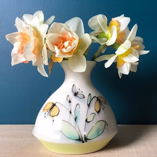 I didn't mean for the daffodils to match my drawn flowers, but they do ☺️. Happy Friday 😁 #racheldecondeceramics #potterydesign #floraldesigns #flowerstagram #daffodils #happyfridayeveryone #ceramicartist #canadianceramics #pottery #underglazes