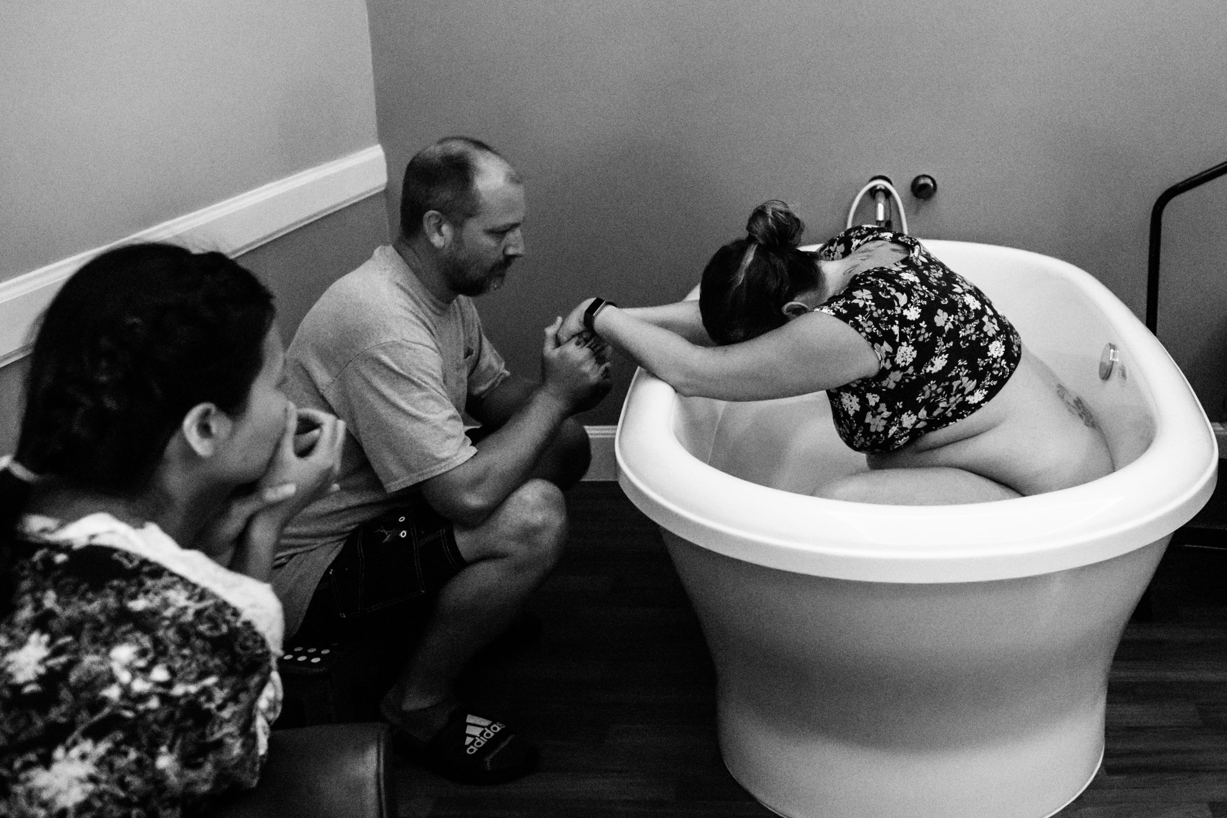 mom laboring in tub at cwh birth center