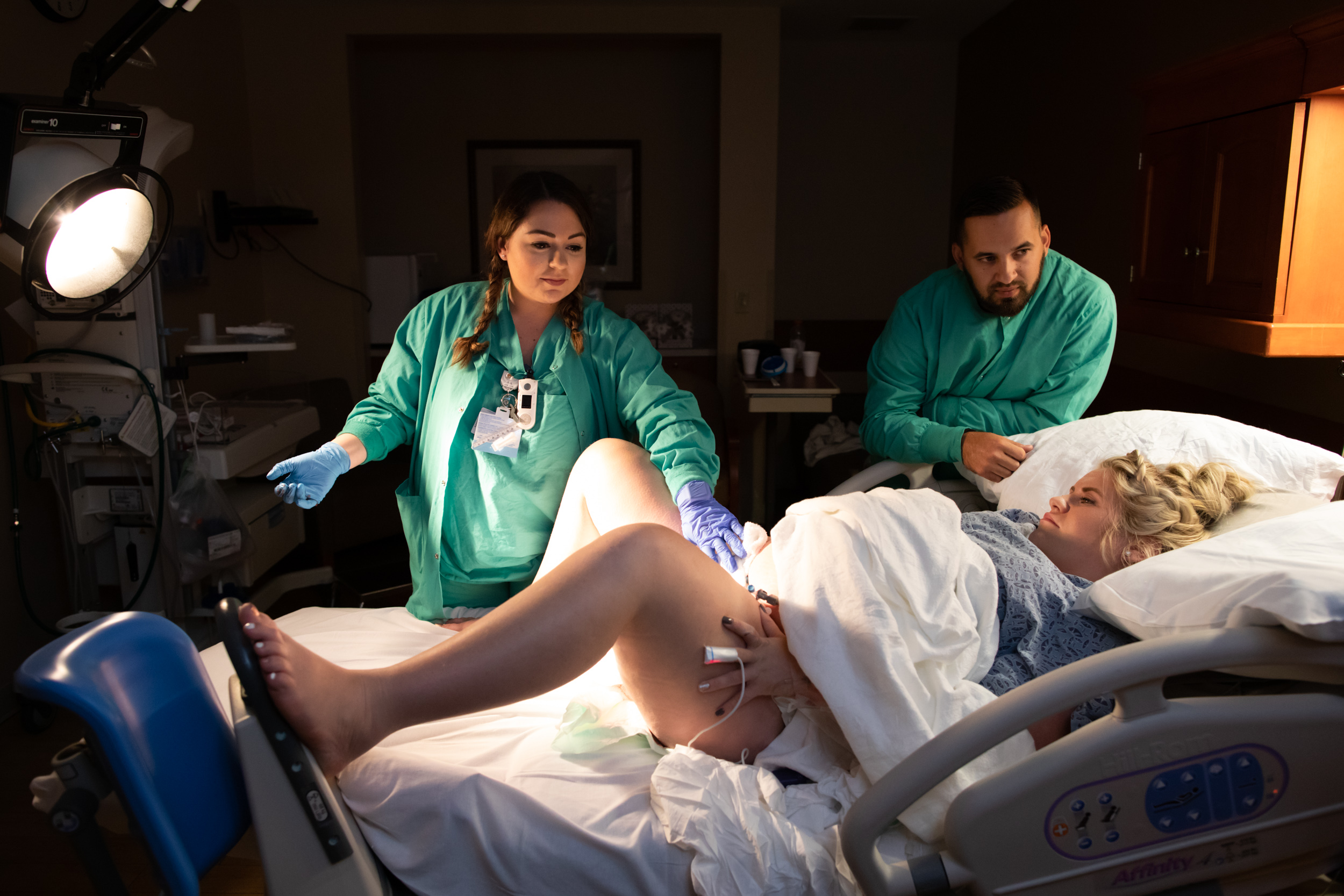 nurse monitoring pregnant mom's contractions