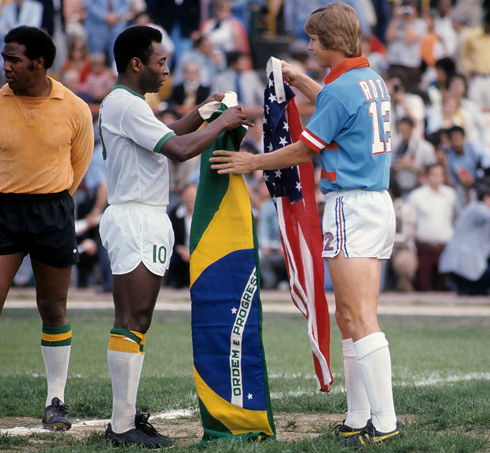 1975-Pele-Kyle-Rote-Jr-exchange-flags-080060904.jpg