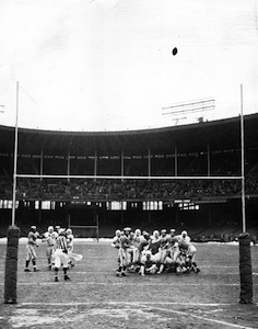 Lou_Groza_kicks_winning_field_goal,_1950.jpg