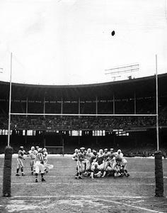 Lou_Groza_kicks_winning_field_goal,_1950.jpg