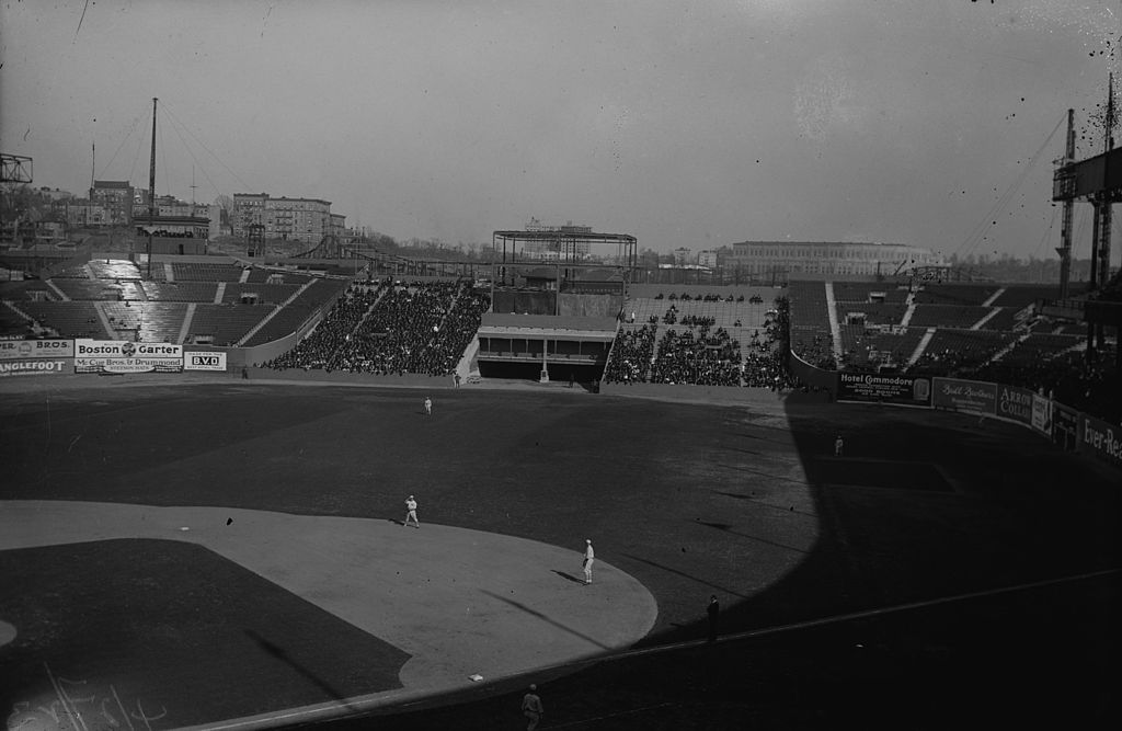 1024px-Polo_Grounds_outfield_1923.jpg