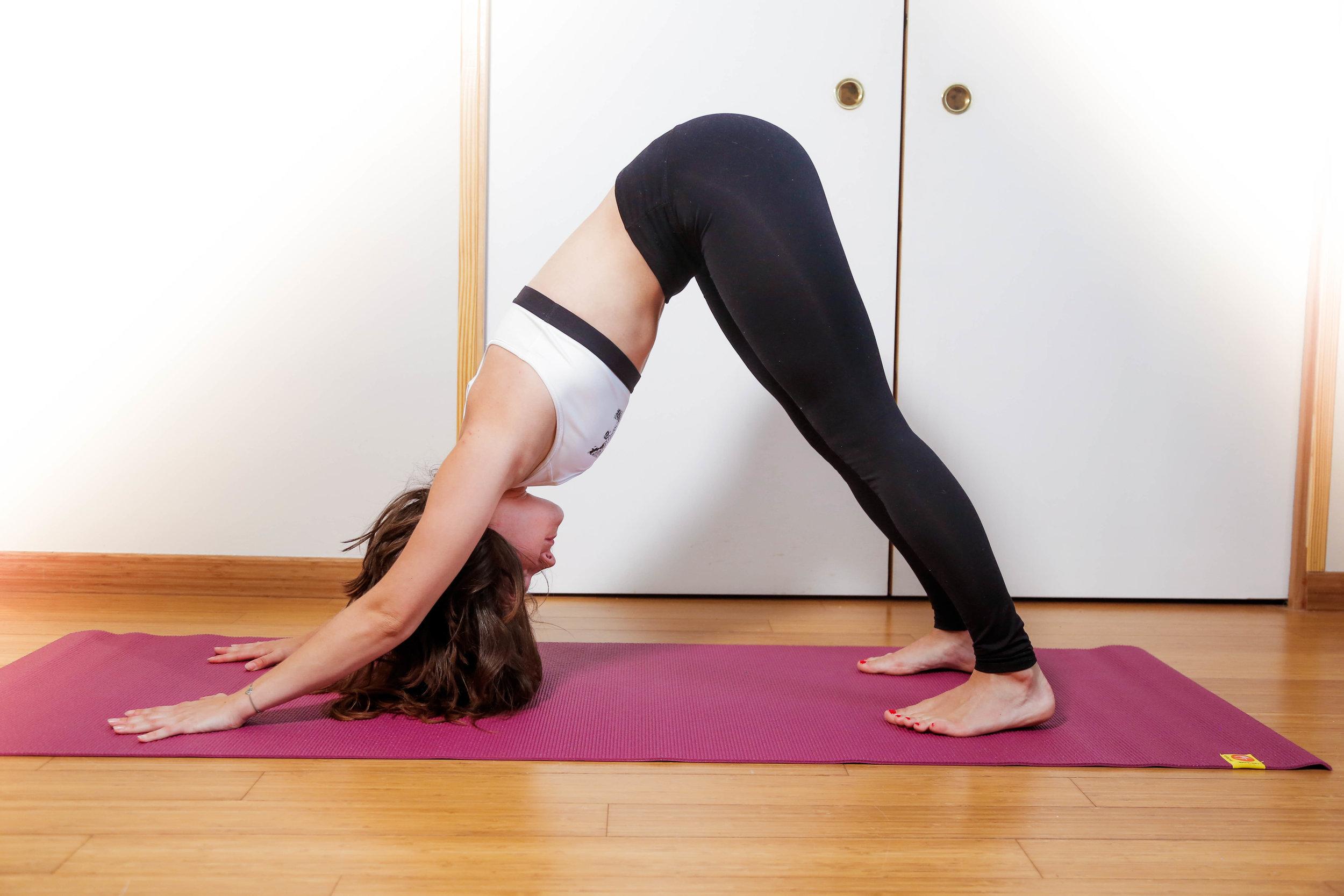 LE CHIEN TÊTE EN BAS     Objectifs  :  - Se relaxer et apaiser son esprit. - Etirer son corps et principalement son dos - Renforcer ses bras, ses épaules et assouplir l'arrière de ses jambes.   Cette posture ouvre les épaules et renforce le haut du dos. Le fait d'avoir la tête en bas permet de régénérer les cellules en irriguant le cerveau. En chien tête en bas, on allonge aussi ses ischio-jambiers et ses mollets. ⚠  Astuce  : en cas de sensation de raideur dans les jambes, ne pas hésiter à fléchir un peu les genoux afin de pouvoir maintenir un dos long, depuis le sommet du crâne jusqu'au coccyx. Enfin, dans la posture du chien tête en bas, on se renforce et on se détend, même si au début ce n'est pas évident ;-) N'hésite pas à respirer profondément et lentement, cela ralentira les battements de votre coeur. Le fait de relâcher complètement votre tête et votre nuque va aussi vous procurer une sensation de détente profonde.