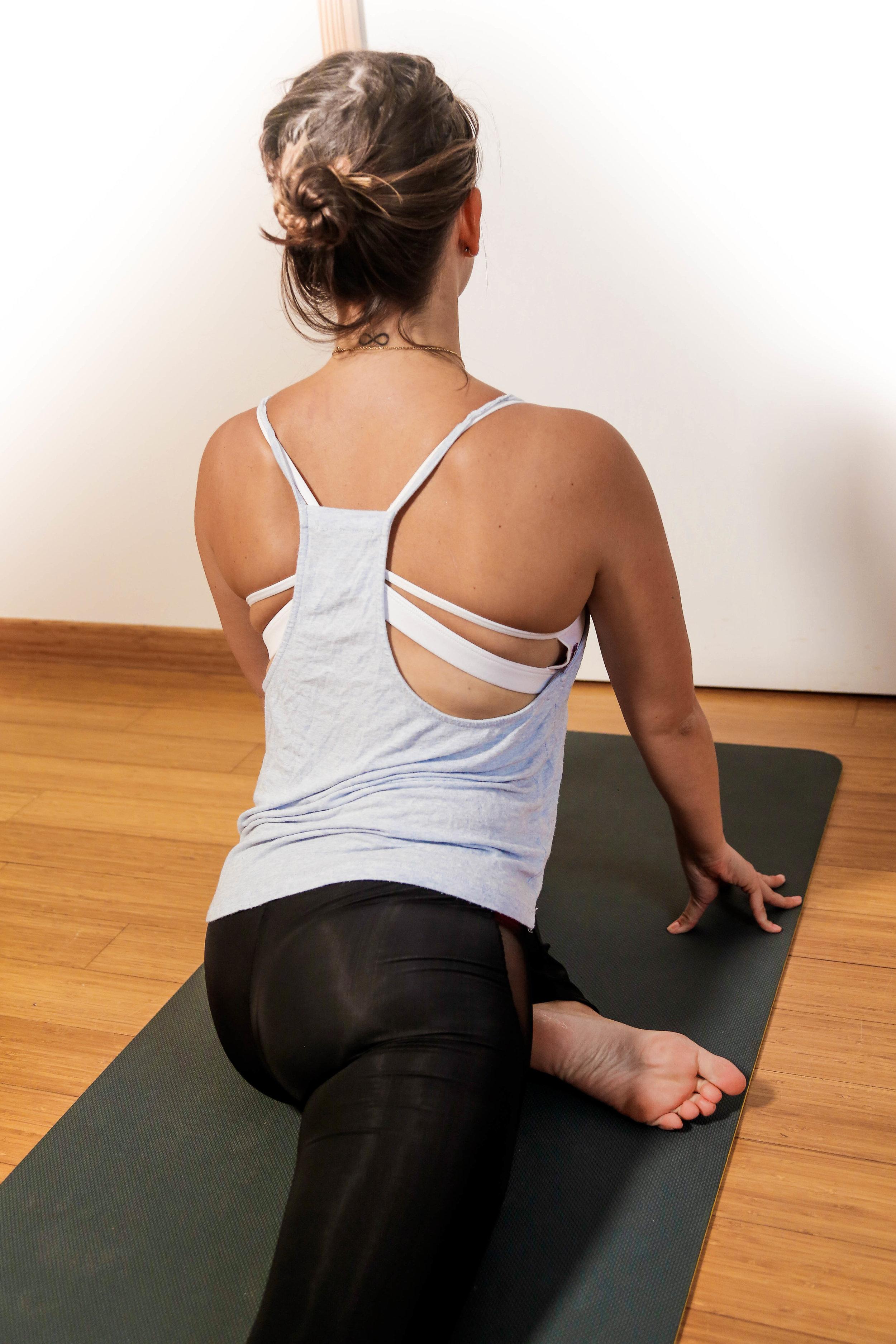 La  posture du pigeon , pour favoriser l'ouverture de hanches    Objectifs  :  - Soulager le dos - Ouvrir les hanches - Stimule les organes abdominaux   La posture du pigeon est idéale pour soulager les sciatiques et les douleurs lombaires en soulageant le bas du dos. Elle permet également de favoriser l'ouverture des hanches, zone où sont localisées nombre de nos émotions ! C'est une posture qui n'est pas toujours très confortable, mais on dit dans le yoga comme dans d'autres disciplines que si une posture nous déplaît, c'est souvent le signe que nous en avons besoin ;-)  ⚠ Astuce  : pour un étirement des hanches encore plus intense, tu peux pencher ton buste vers l'avant. N'oublie pas de respirer profondément !