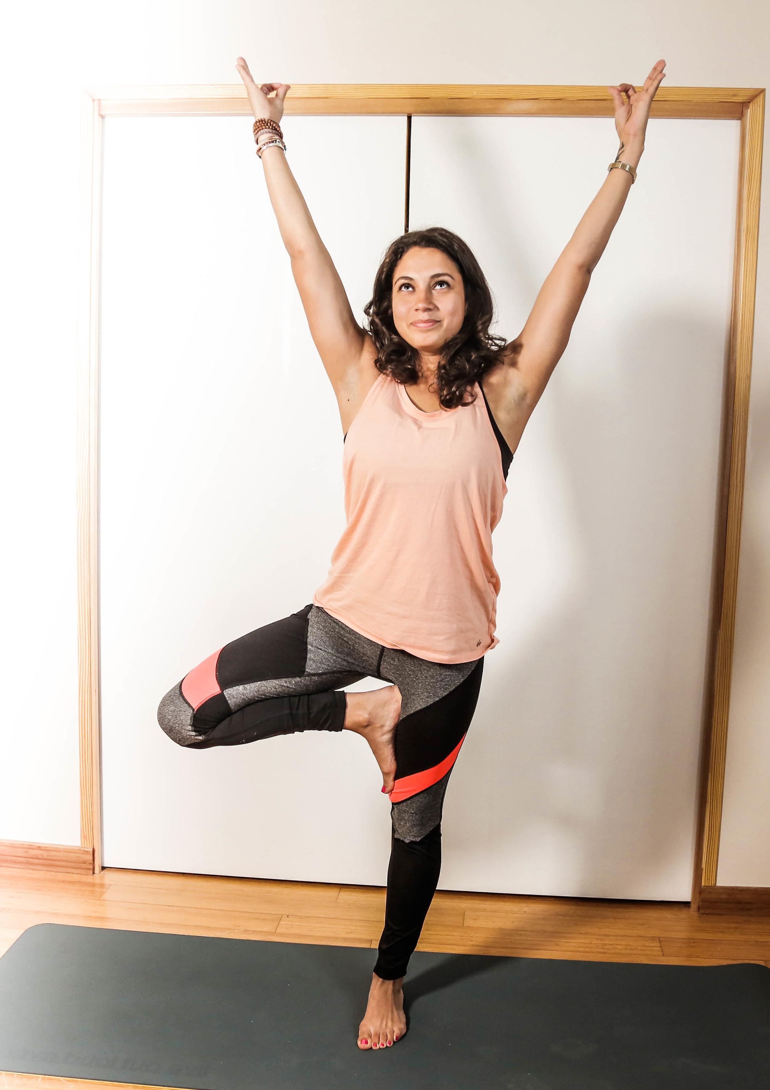 La  posture de l'arbre  : équilibre et concentration    Objectifs  :  - Favoriser la concentration - Travailler son équilibre - Renforcer la musculature des pieds et des chevilles   Pour bien réaliser la posture de l'arbre, il est important de se tenir le plus droit possible, de se redresser et de dégager le coeur en avant. Il s'agit d'ancrer ses pieds dans le sol pour y puiser de l'énergie (comme les racines d'un arbre) et de tendre les bras vers le ciel (figurant les branches de l'arbre) pour s'ouvrir à une dimension plus spirituelle.  ⚠ Astuce :  le pied peut se placer sur la cheville, contre le haut de la cuisse ou en demi-lotus mais jamais contre son genou !