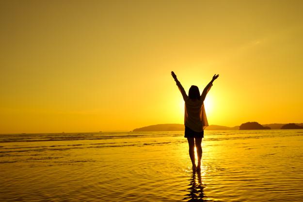 relax-femme-saute-la-mer-sur-la-plage_1249-528.jpg