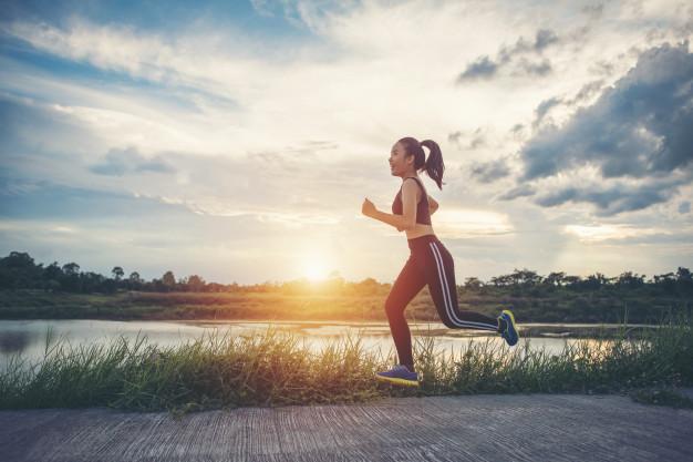 heureuse-femme-coureur-s-39-execute-dans-l-39-exercice-de-jogging-du-parc_1150-4179.jpg
