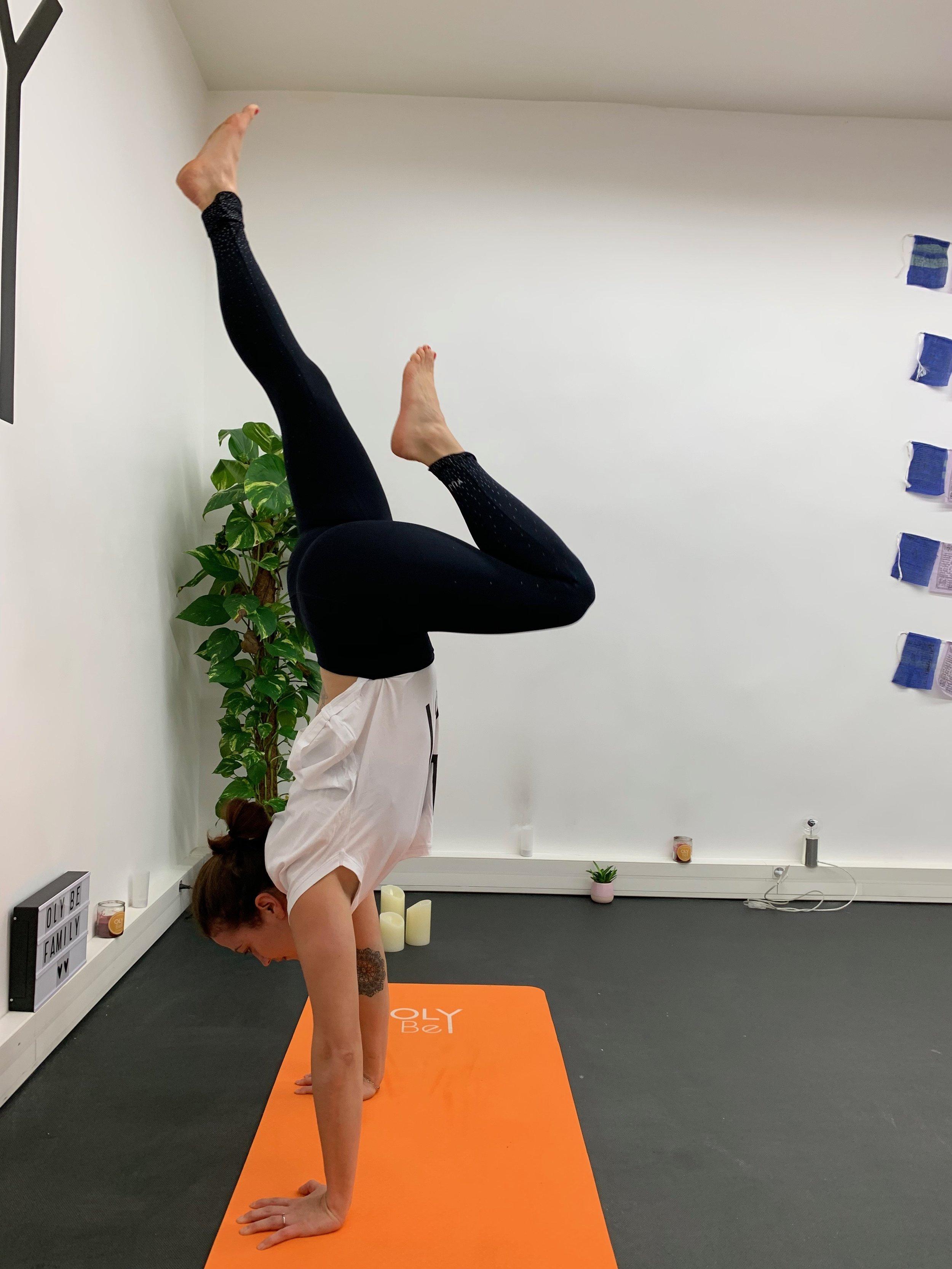 """L'équilibre sur les mains ( Adho Mukha Vrkasana , plus communément appelé """"Handstand"""")"""