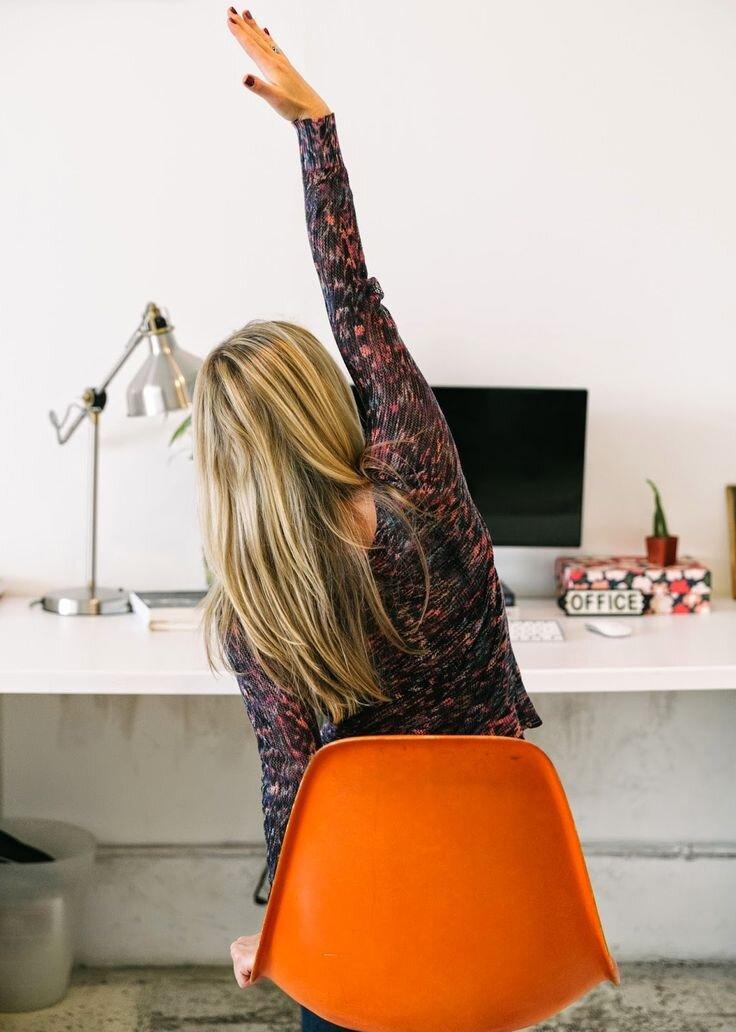 Concrètement, de quoi s'agit-il ? - Rester assis ou debout toute la journée peut provoquer des douleurs dans le dos ou dans la nuque. Cela vient principalement du fait que nous tenons ces postures pendant de longs moments mais aussi parce que nous avons très souvent une mauvaise posture.Le Yoga sur chaise vous permettra alors d'éliminer ces tensions accumulées, grâce à plusieurs mouvements d'étirements.