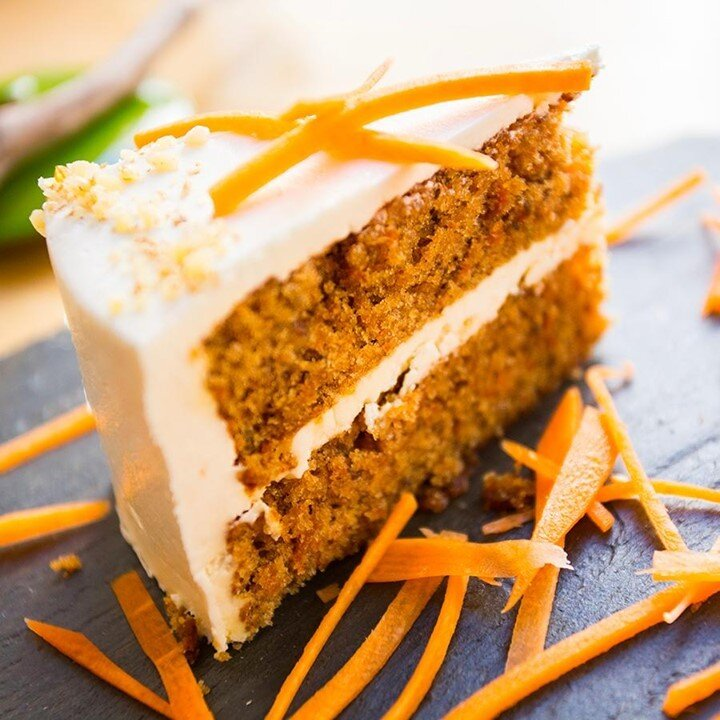 Craquez pour un délicieux carrot cake ! 😍🥕  Les ingrédients :  - 250g de carotte  - 50g de noix de pécan  - 4 œufs  - 175g de sucre roux - 1 citron  - 1/2 cuillère à café de gingembre en poudre - 20g de beurre - 175g de poudre d'amande - 25g de cranberries - 75g de farine  - 1/2 cuillère à café de sel - 1 cuillère à café de cannelle - 1 pincée de quatre épices  Les ingrédients pour le glaçage :  - 50g de beurre mou  - 200g de sucre glace  - 100g de fromage frais crémeux - Quelques gouttes d'arôme de citron  1. Dans le bol d'un robot, travaillez les jaunes d'œufs et le sucre jusqu'à ce qu'ils blanchissent et deviennent mousseux.  2. Ajoutez le zeste du citron finement râpé, puis la farine, le sel, les amandes en poudre et les noix de pécan hachées, les épices. Actionnez le robot