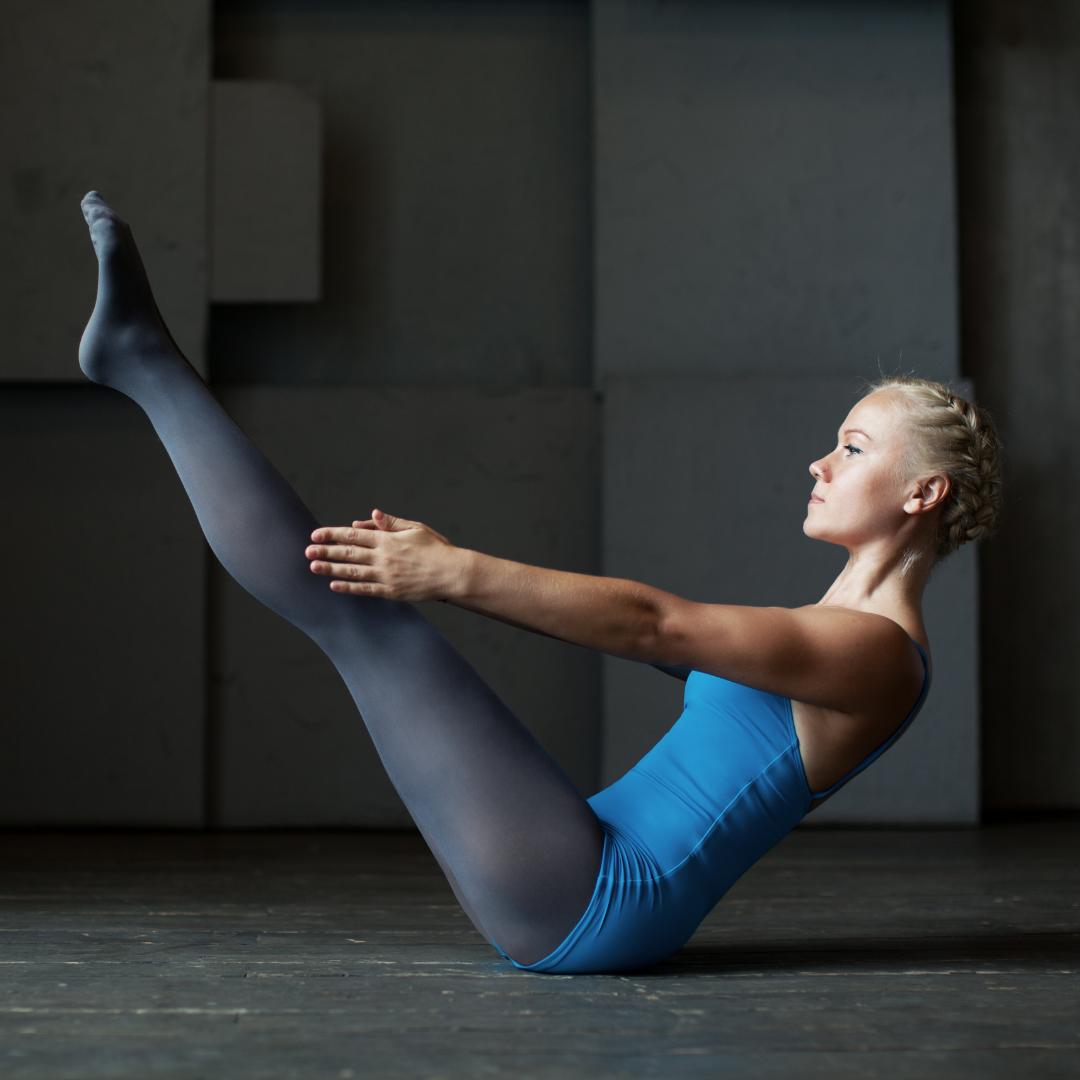 7 postures de yoga pour des abdos en béton ! -