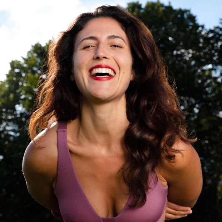 Joy  #yogainreallife  Joy… Son prénom lui va si bien ! Un cours avec Joy c'est un shot de dynamisme et de joie. C'est simple, en repartant vous aurez l'impression d'avoir passé 2 semaines en vacances.