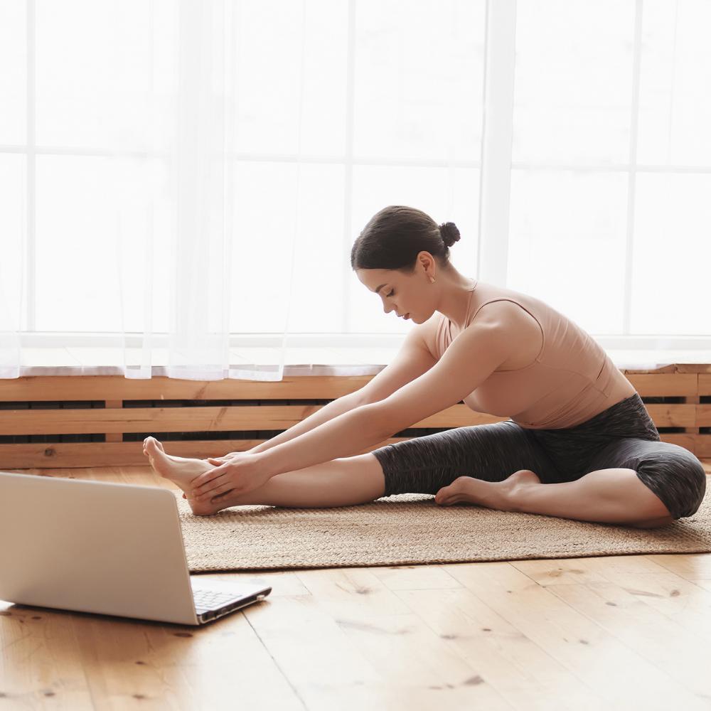 Comment bien pratiquer le yoga à la maison et en ligne? -
